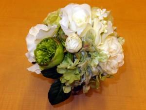 ガラスの器に白い花のデザイン