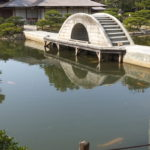 広島・縮景園 池にかかる石橋
