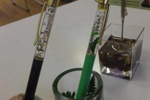 ハーバリウムボールペンの中に文字を入れてみました