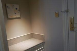 名古屋マリオットアソシアホテル「デラックスツイン(38㎡)入口のチェスト」