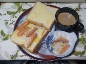 今日の昼食(スモークサーモン、スモークチーズ、スモークマヨネーズと玉ねぎのサンドイッチ)