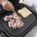 石焼プレートで豚肉とパン焼き中