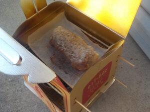 石焼プレートでローストした肉をダンボールオーブンで仕上げ中