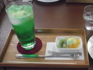 cafe 航路「アイスをフルーツにかけてみた」