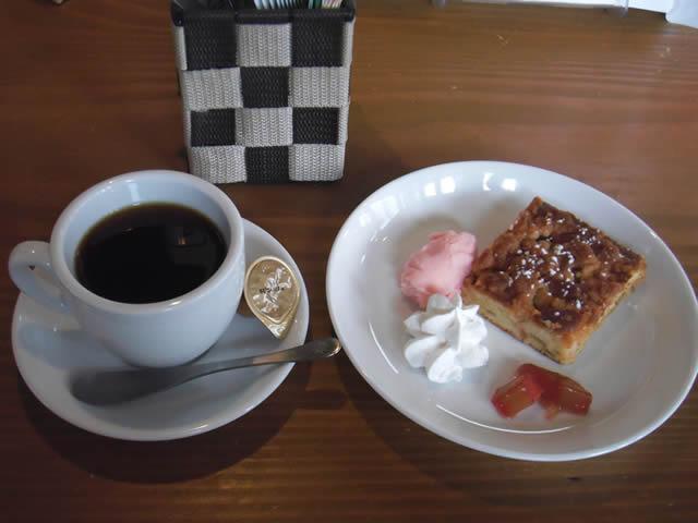 cafe mitte「ドリップコーヒーと今月のケーキ・ラバーバー クーヘン」