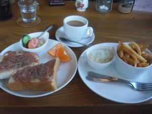 レバーヴルストトースト(ランチプラス)と珈琲とオランダ風ポテト
