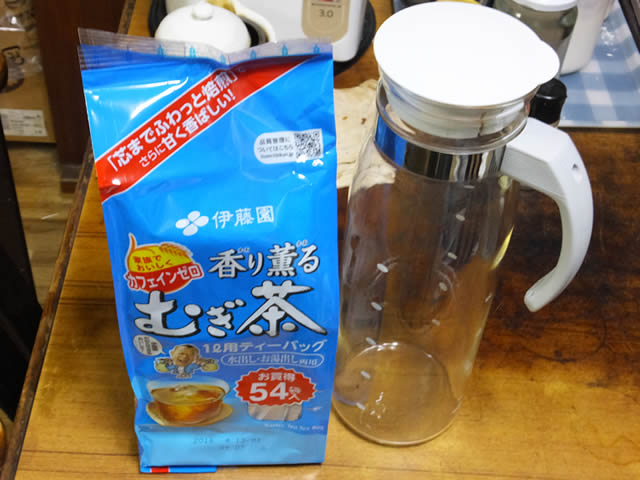麦茶とガラス製冷茶ポット