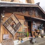 白川郷 オシャレな外観の喫茶店の屋根は(2018/12/9)