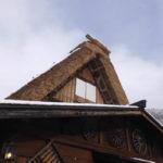 白川郷 喫茶店の屋根の一部は藁ぶき屋根が残してあります(2018/12/9)