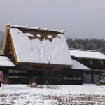 白川郷 屋根に積もった雪の一部が落ちた?(2018/12/9)