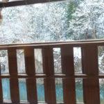 白川郷 天然温泉 白川郷の湯 テラスのガラス越しに外をのぞいてみた(2018/12/9)