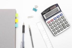 電卓、帳簿、ペン、定規、付箋